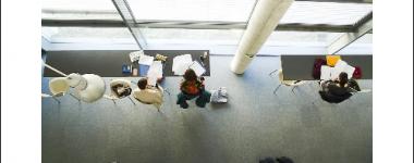 Photographie vue plongeante sur des étudiants au travail en BU DEG