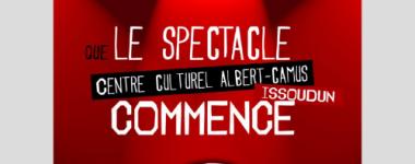 Affiche sur fond rouge, et lumières de projecteurs, avec le texte: que le spectacle commence.