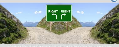 Photo d'une intersection entre deux pistes de montagnes, paysage symétrique et panneau vert indiquant les deux voies signalées par deux flèches et par le mot right écrit deux fois