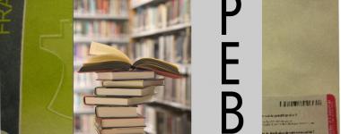 Montage photographique. une pile de livres devant des rayonnages de bibliothèque, sur un fond d'enveloppe postale. s