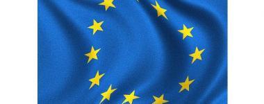 Gros plan sur le logo étoilé d'un drapeau de l'Union Européenne, ondulant