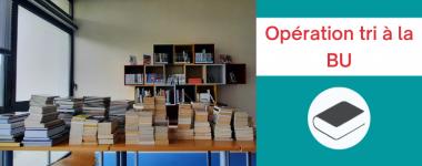 """Texte """"Operation tri à la BU"""", sur le coté une photo d'une pile de livres"""