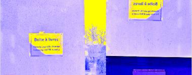 Photographie d'une boite à livres sur le campus, colorisée dans les couleurs bleue, jaune et mauve