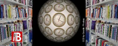 globe avec pendules sur fond noir, l'image se détache sur un fond d'étagères de bibliothèques