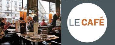 Photographie de personnes dans un café dans la partie gauche et à droite, en lettres marron est écrit le café.