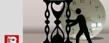 """image numérique sur fond gris pésentant au 1er plan la silhouette d'un homme tenant un sablier géant et à l'arrière plan un cadran d'horloge. Logo rouge de la BU et texte """"nouveaux horaires"""""""