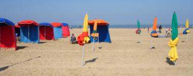 Photo d'une plage avec des parasols